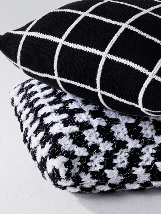 kissen im schwarz wei muster initiative handarbeit. Black Bedroom Furniture Sets. Home Design Ideas