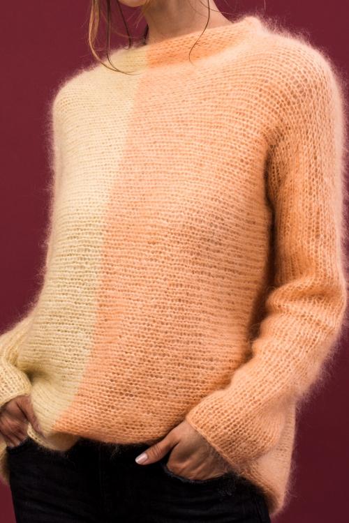 Zweifarbiger Pullover quergestrickt - Initiative Handarbeit