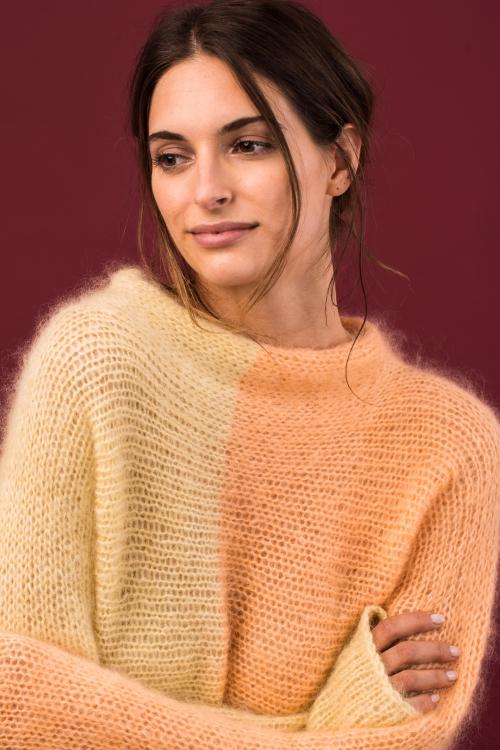 Kostenlose Anleitung: Zweifarbiger Pullover quergestrickt